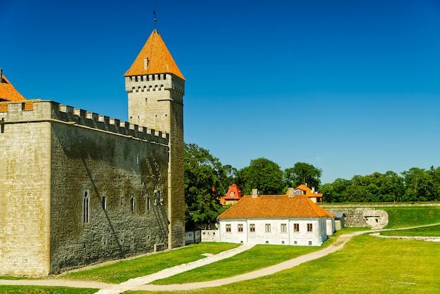 Saaremaa island castle, estland, bisschop kasteel. vestingwerken van bisschoppelijk kasteel kuressaare in zomerdag.