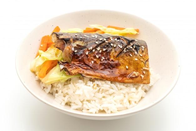 Saba vis gegrild met teriyaki saus op gegarneerde rijstkom