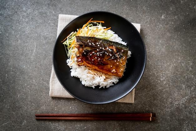Saba vis gegrild met teriyakisaus op een rijstkom