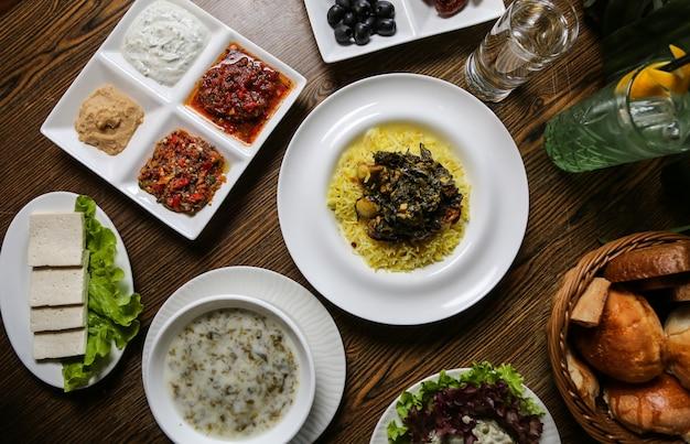 Sabzi pilaf en ander voedsel op het tafelblad bekijken