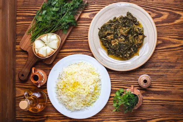Sabzi pilaf rijstvlees met spinazie kruiden bovenaanzicht
