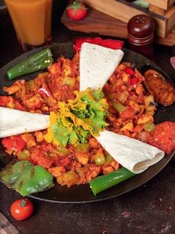 Sac ici azerbeidzjaans eten met gehakte groenten en lavash