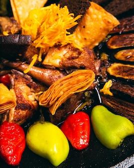 Sac ici azerbeidzjaans voedsel met kip en gegrilde groenten voor het menu