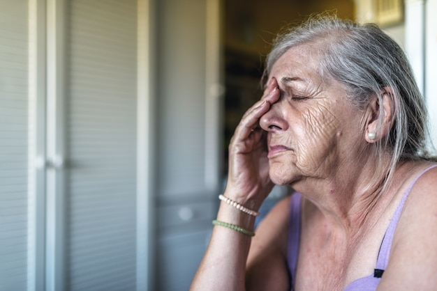 Sad depressief, benadrukt, attent, senior, oude vrouw, somber, bezorgd, bedekt haar gezicht