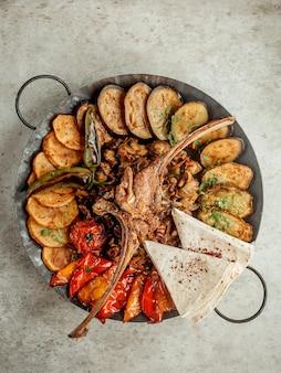 Sadj met verschillende gesneden groenten en vlees