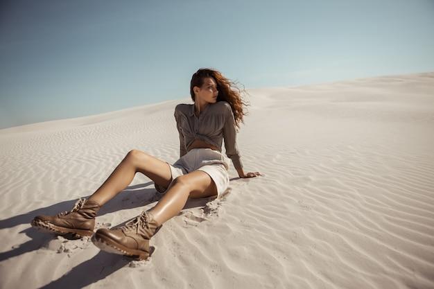 Safari vrouw in woestijn buiten duinen op de achtergrond