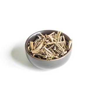 Sagan dagelijkse thee in witte kop en thee brouwen op een witte achtergrond rhododendron adamsii thee