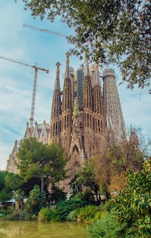 Sagrada familia barcelona bij zonsopgang. selectieve aandacht.