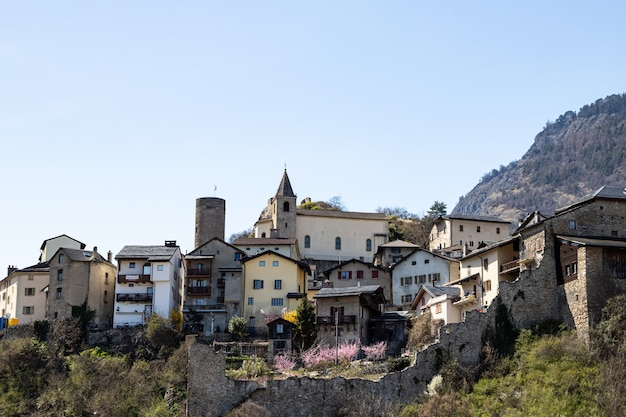 Saillon zwitserland het dorp saillon in de lente farinetwandeling