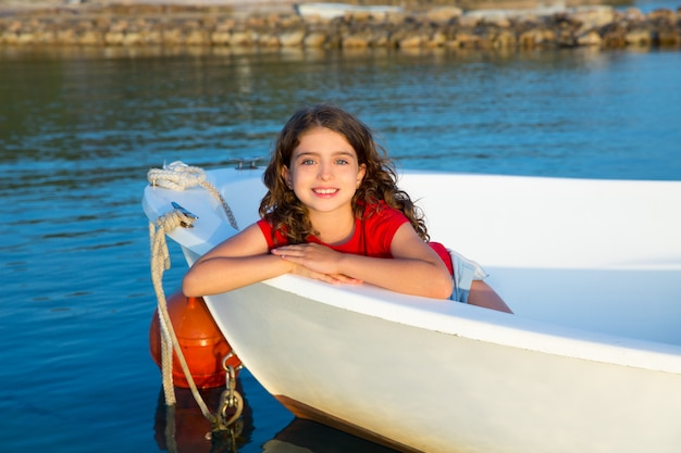 Sailor jongen meisje gelukkig glimlachend ontspannen in boot boog