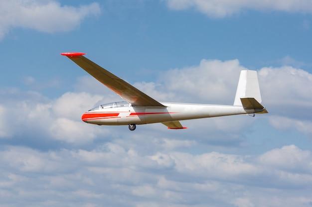Sailplane en een slepende vliegtuigen die op een vliegveld beginnen