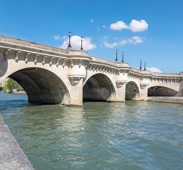 Saint-michel brug over de rivier de seine in parijs