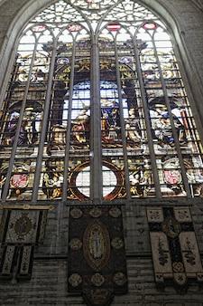 Saint michel en gudula kathedraal in brussel. mooie glas-in-loodkunst.