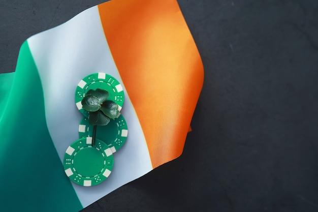Saint patrick's day achtergrond met de vlag van ierland. religieuze christelijke feestdag. klavertje vier symbool van geluk.