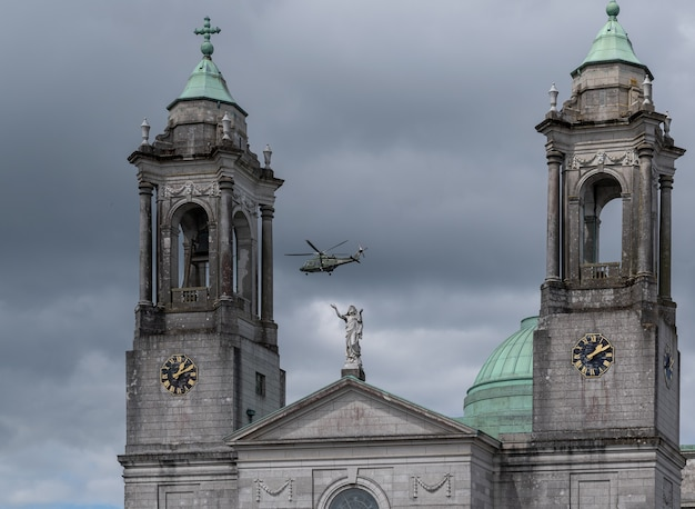 Saint peter en paul katholieke kerk in de stad athlone, ierland. helikopter over de kerk.