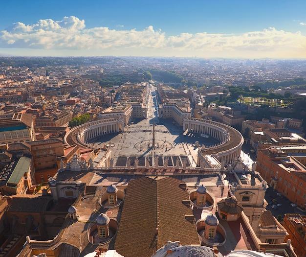 Saint peter's square in vaticaan en luchtfoto van rome
