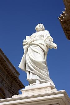 Saint peter standbeeld in siracusa, italië