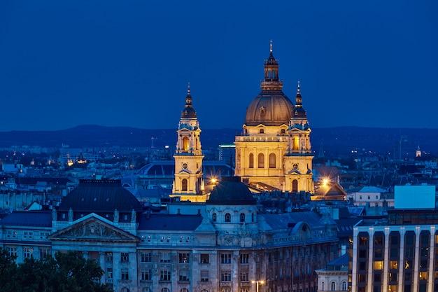 Saint stephens basilica bij nacht blauw uur in boedapest