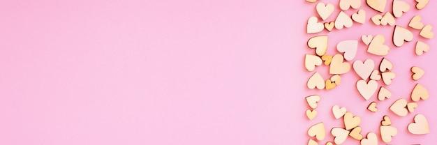 Saint valentine achtergrond hart rechts en vrije ruimte voor belettering. kleur roze.