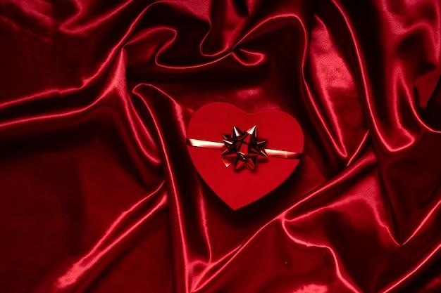 Saint valentine's day en 8 maart concept. horizontale bovenaanzicht van een rode doos op feestelijke achtergrond, hholidays concept.