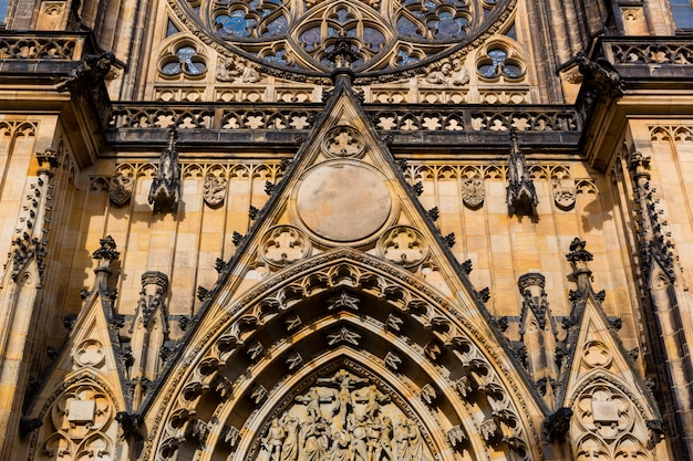 Saint vitus cathedral gevel close-up weergave, prague, tsjechië. europese stad, beroemde plaats voor reizen en toerisme