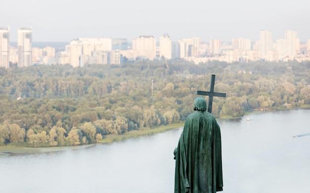 Saint vladimir monument op de heuvels van kiev, oekraïne