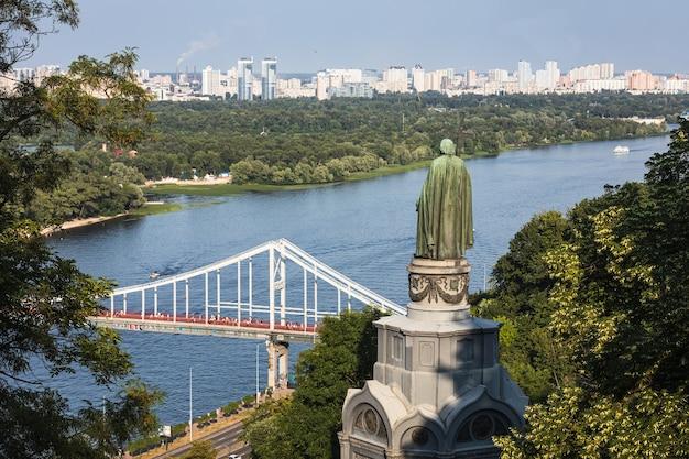 Saint vladimir monument op de heuvels van kiev