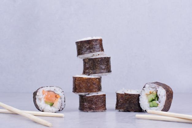 Sake makibroodjes isoleren op grijs.