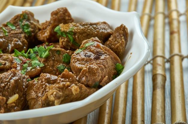 Saksang - hartig, pittig gerecht uit de bataks van indonesië, gemaakt van varkensgehakt of hondenmeel