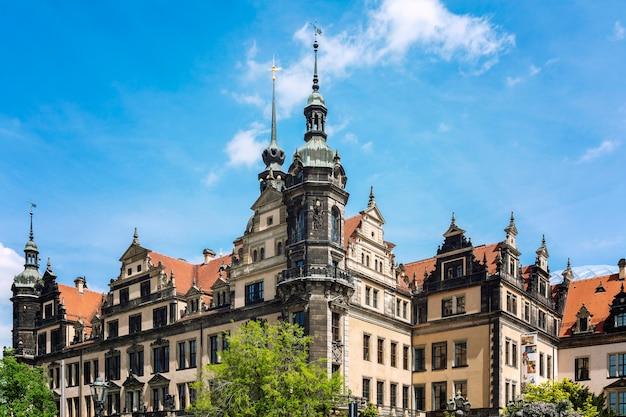 Saksische architectuur tegen de blauwe hemel.