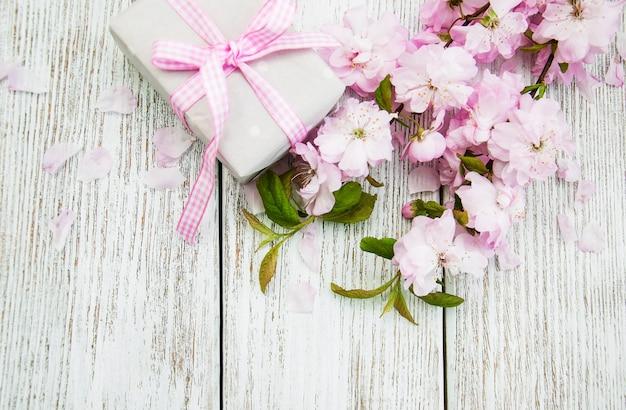 Sakura bloesem met geschenkdoos