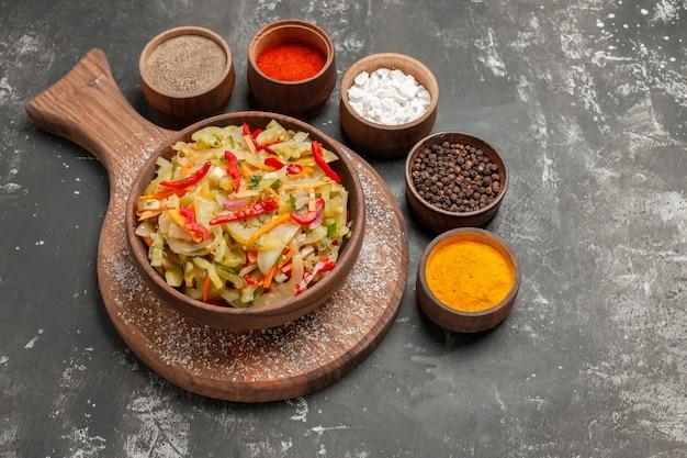Salade een smakelijke salade op het bord kleurrijke kruiden