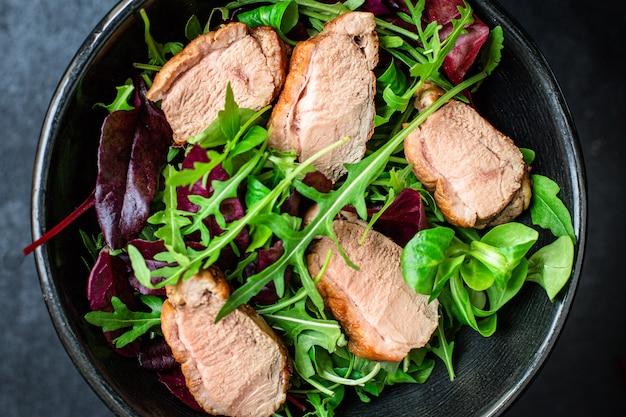 Salade eendenborst mix greens sla bladeren klaar om te eten gedeelte