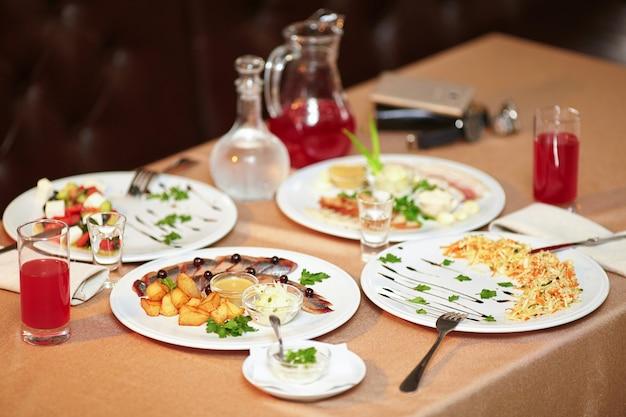 Salade en snacks in restaurant geserveerd voor twee personen