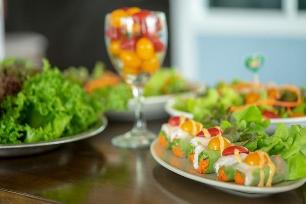 Salade eten van gezondheidsliefhebbers wordt steeds populairder in thailand. heerlijke smaak.