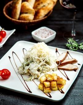 Salade gegarneerd met kaas en crackers