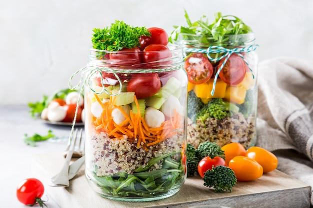 Salade in glazen pot met quinoa
