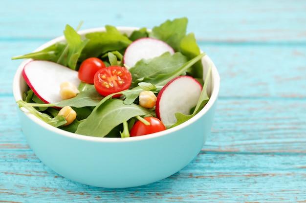 Salade in kom op houten tafel