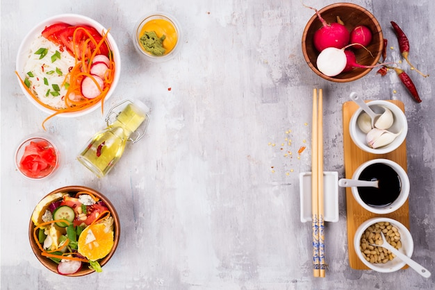 Salade maken. bestek en het kleden van ingrediënten voor verse salade op steen grijze achtergrond, hoogste mening