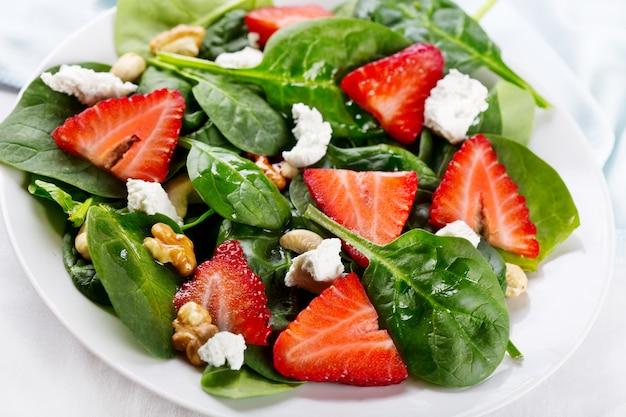 Salade met aardbei, spinazieblaadjes en fetakaas