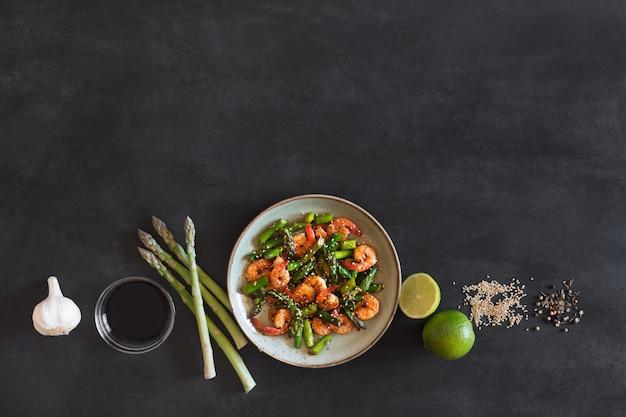Salade met asperges en garnalen in plaat