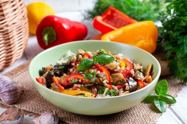 Salade met aubergine, paprika, ui en kruiden. gezond eten