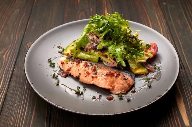 Salade met avocado en zalm, op een houten achtergrond