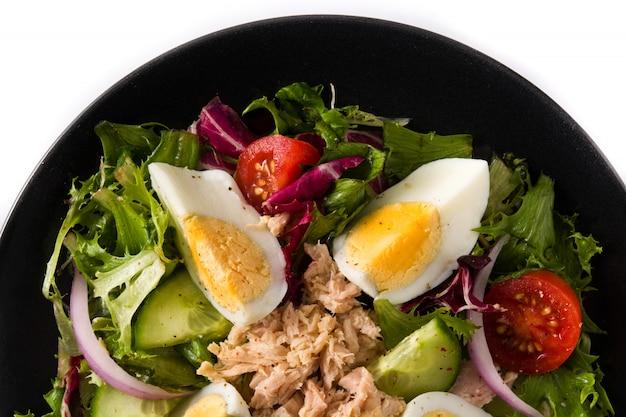 Salade met avocado, sla, tomaat, lijnzaad op witte dichte omhooggaand die van de oppervlakte hoogste mening wordt geïsoleerd