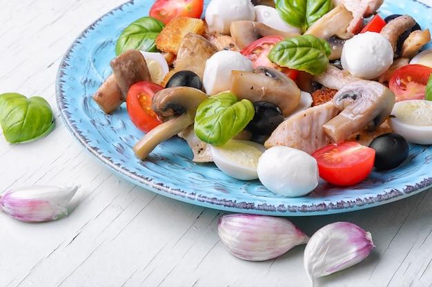 Salade met bladgroenten en kip