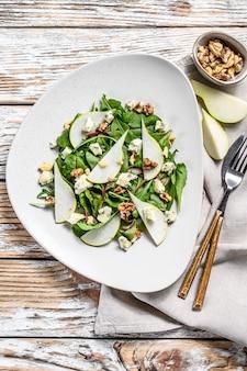 Salade met blauwe kaas, peren, noten, snijbiet en rucola
