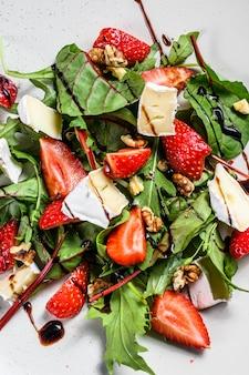 Salade met camembert, aardbeien, noten, snijbiet en rucola