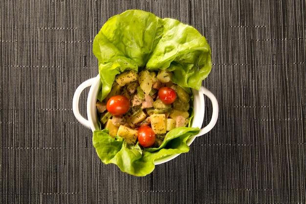 Salade met duitse worst, kaas belegd met tomaat
