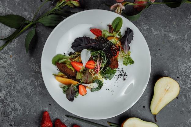 Salade met eend gebakken in teriyakisaus