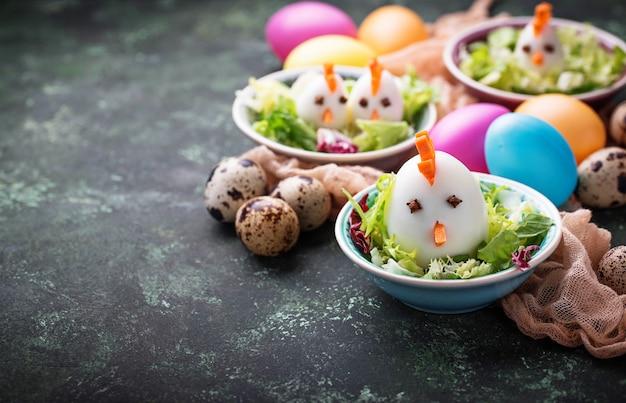 Salade met eieren in de vorm van kippen. feestelijk eten.
